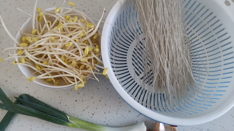豆芽炒粉丝,准备食材备用
