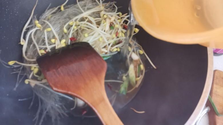 豆芽炒粉丝,加入适量的水煮1分钟