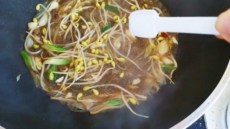 豆芽炒粉丝,加入适量的盐