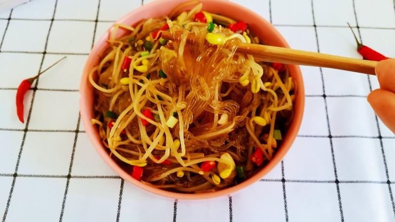 豆芽炒粉丝,盛入盘中即可开吃了,超级香辣下饭!