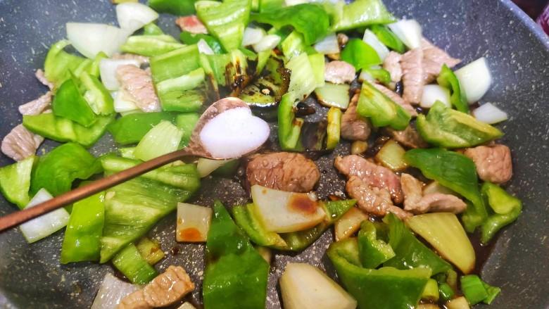 尖椒土豆片,加入盐