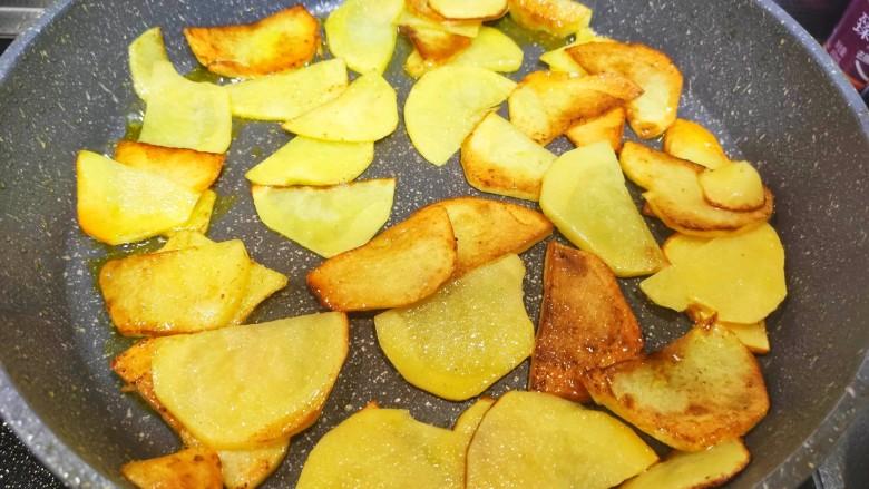 尖椒土豆片,锅中油热,加入土豆片,炒熟,装盘备用