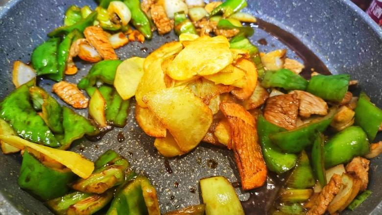 尖椒土豆片,加入土豆片