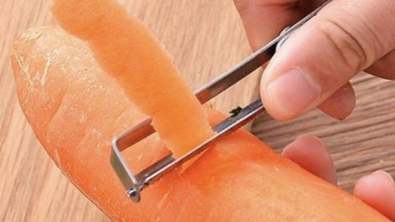青椒炒胡萝卜,先把一根洗干净,把皮剥一下