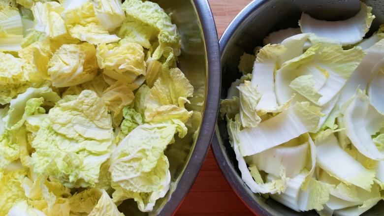 酸辣娃娃菜,将娃娃菜菜叶菜梆分开清洗,控一下水分备用。