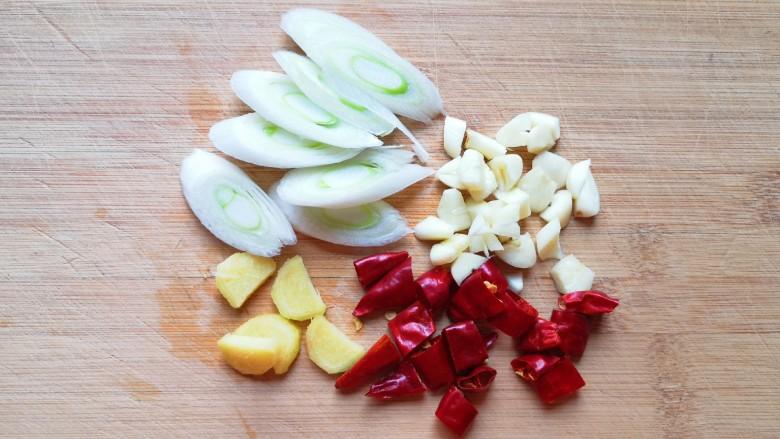 酸辣娃娃菜,葱姜蒜和<a style='color:red;display:inline-block;' href='/shicai/ 86464'>干红辣椒</a>分别切好备用。