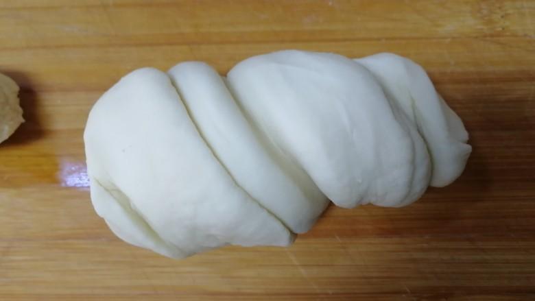 家常烫面饼,把面剂上下向相反的方向拧一圈。