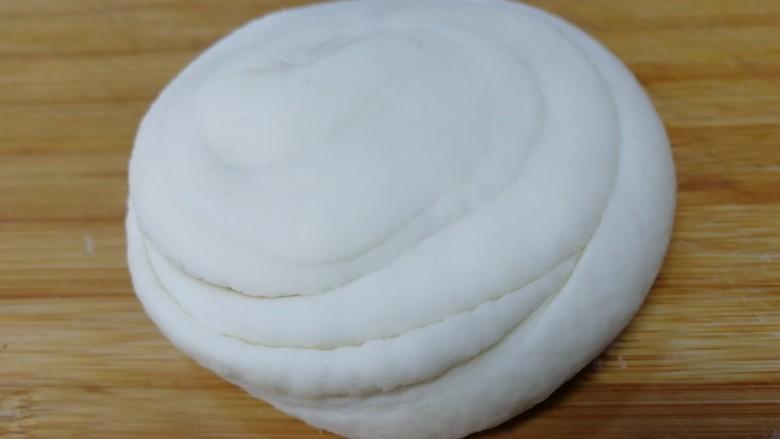 家常烫面饼,压扁,保鲜膜密封饧发10分钟。