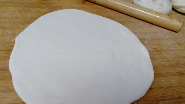 家常烫面饼,面剂上刷薄油,擀成薄圆面饼。