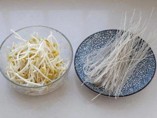 豆芽炒粉丝,将黄豆芽摘洗干净,红薯粉条剪短一些。