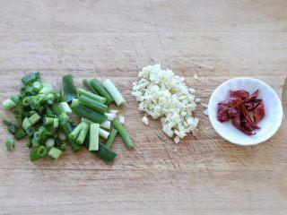 豆芽炒粉丝,小葱切成葱花和葱段,大蒜切碎,红干椒剪成小段。