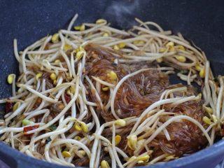豆芽炒粉丝,再调入生抽、老抽和五香粉翻炒上色。