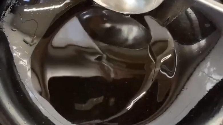 爆炒肥肠,然后起锅烧油,油温达到一定温度时就可以下入菜翻炒了。因为如果锅不热的话炒出来的菜就不会香了所以一定要锅热在放下去炒