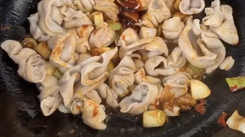 爆炒肥肠,接着放一勺蚝油,蚝油在粤菜里面经常都会用到的味道很鲜还会有一些甜甜的。但是经常都是用于调味料。所以可以凭借自己的口味和感觉调味出自己喜欢的味道。