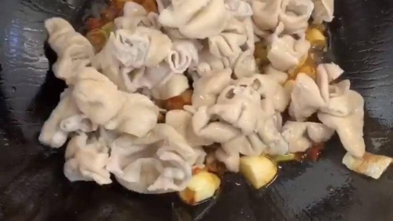 爆炒肥肠,爆炒出香味之后倒入洗干净切成块的肥肠爆炒,炒一会以后就可放入佐料