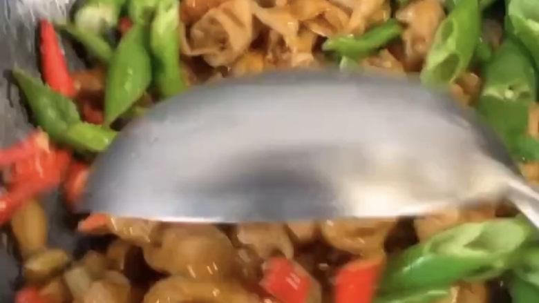 爆炒肥肠,然后再颠锅开大火爆炒一会,炒至入味和熟透即可。这样炒出来的猪大肠美味又好吃哦