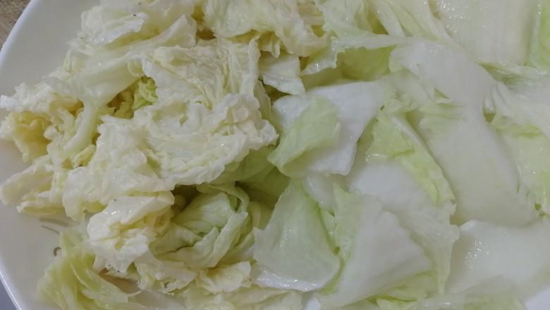 白菜炒木耳,菜叶撕成小块,菜帮切小块。