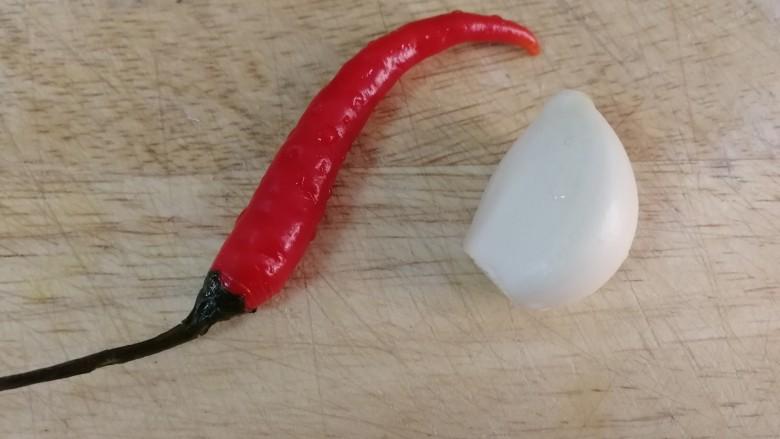 白菜炒木耳,一个小米辣,一瓣蒜。