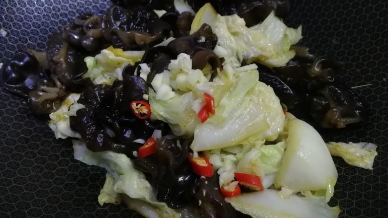 白菜炒木耳,放入剩下的小米辣和蒜末,炒匀即可。