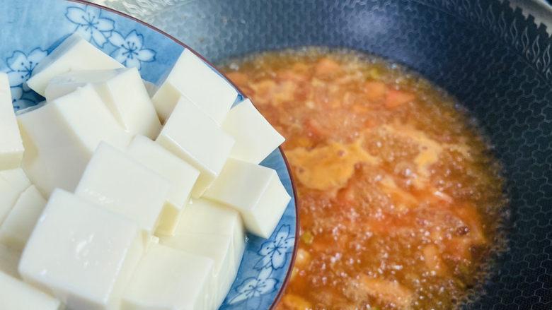 番茄豆腐汤,放入豆腐煮五分钟