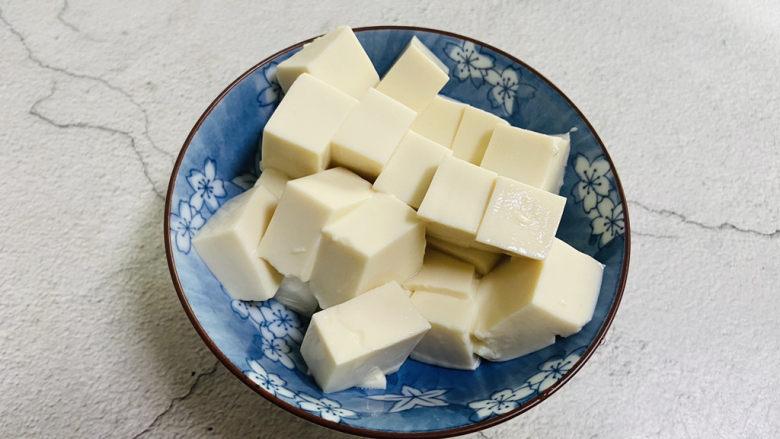 番茄豆腐汤,豆腐清洗一下切小块