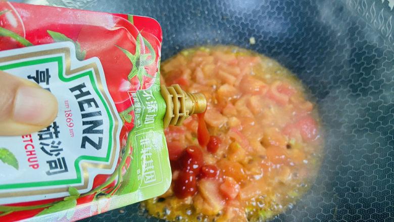番茄豆腐汤,加入一勺番茄酱翻炒均匀