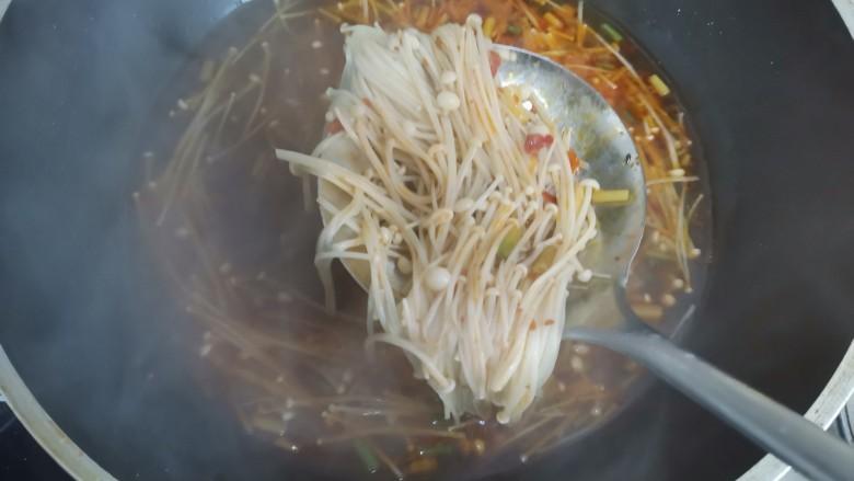 水煮千张,水开下入金针菇煮熟捞出放盆里