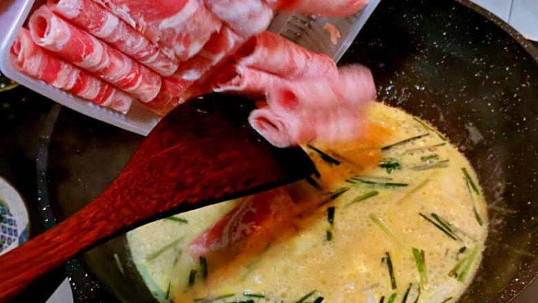 金汤肥牛,锅中酱汁烧开,下牛肉卷