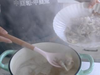 爆炒肥牛,锅入水烧开后,下肥牛,用筷子拨散,待肥牛变色后,捞出沥水。