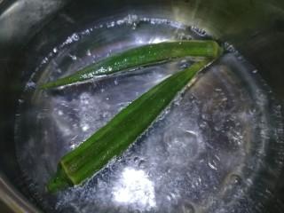 秋葵厚蛋烧,水开放入秋葵,焯水半分钟。