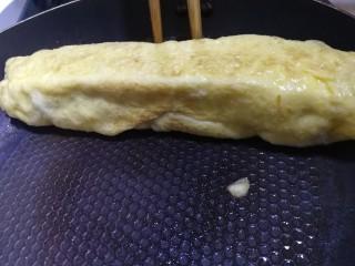 秋葵厚蛋烧,直到把蛋液全部卷起,四个面中小火定型。
