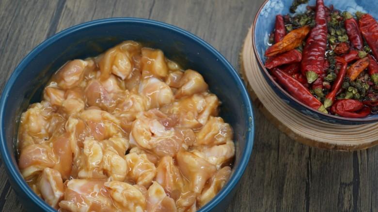 香辣鸡脆骨,搅拌均匀腌制1小时