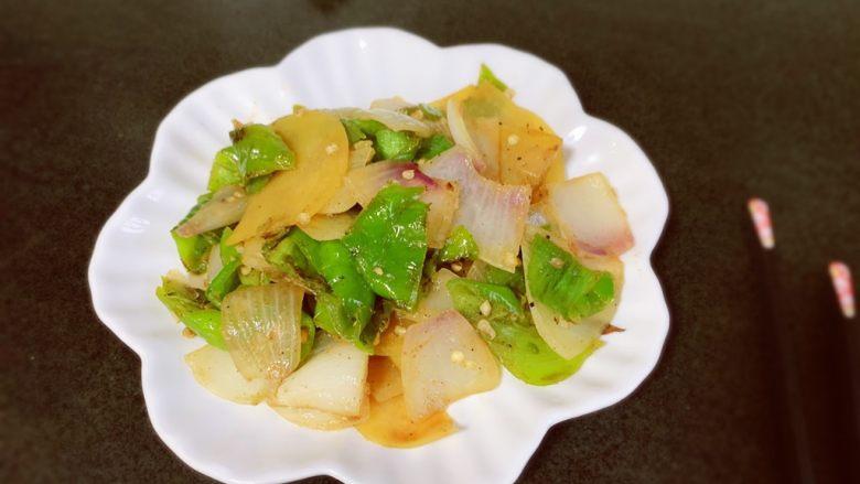 尖椒土豆片,出锅,喜欢洋葱的香味😋