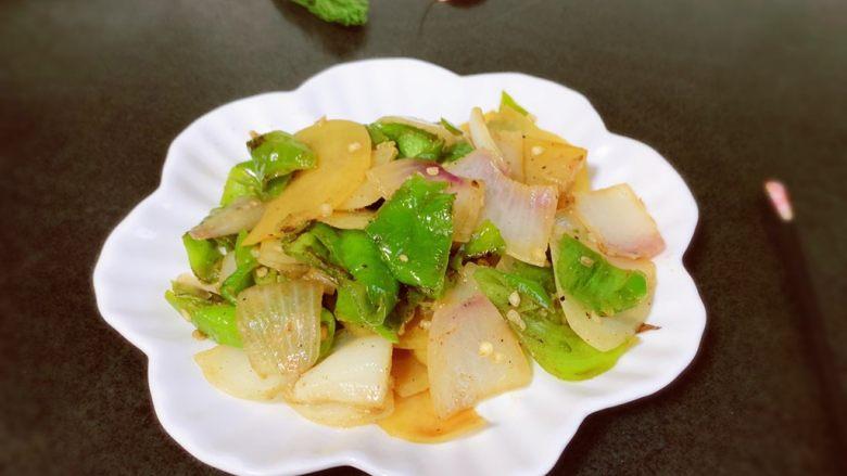 尖椒土豆片,装盘