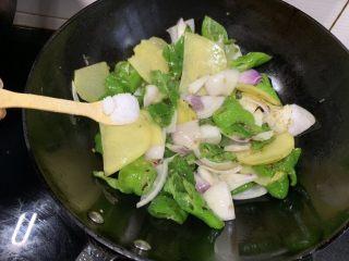 尖椒土豆片,加入適量鹽,翻炒至軟