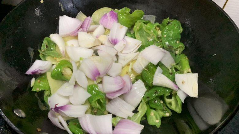 尖椒土豆片,倒进洋葱,一起翻炒