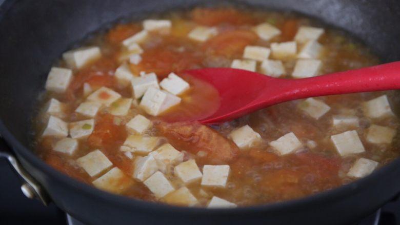 番茄豆腐汤,翻拌均匀继续煮一会
