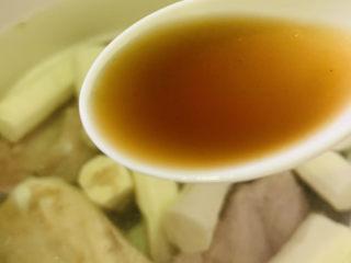 山藥豬骨湯,并加料酒,按下燉鍋的燉肉鍵,時間到,就可以出鍋了