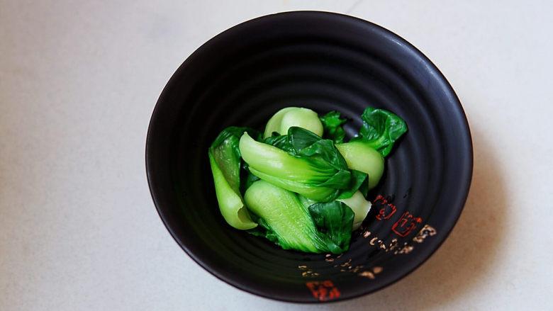 水煮千张,焯烫好的小油菜放入碗中
