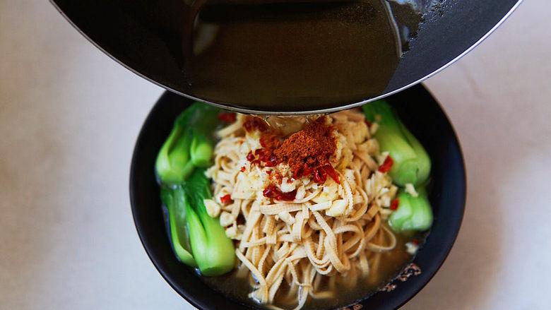 水煮千张,花生油烧热,浇在辣椒,滋的一声,OK