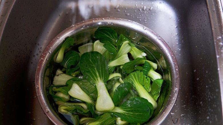 水煮千张,再用淡盐水浸泡十分钟,杀菌,再冲洗干净