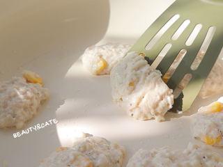 好吃到跺腳的「豆腐麥樂雞」,解饞又低脂!,微黃翻面,待兩面煎至金黃后盛出裝盤