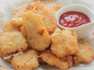 好吃到跺腳的「豆腐麥樂雞」,解饞又低脂!,撒上黑胡椒,豆腐麥樂雞就做好啦,開吃吧~