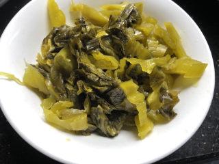 酸菜燉粉條,酸菜切好