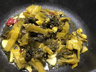 酸菜燉粉條,放入酸菜翻炒片刻