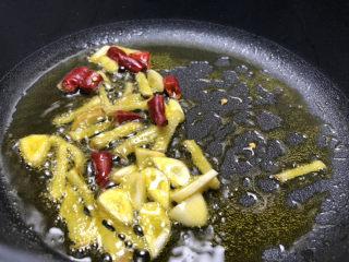 酸菜燉粉條,爆香干辣椒,大蒜生姜