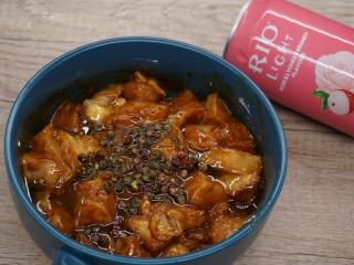 老北京雞肉卷,倒入花椒油,攪拌均勻腌制10分鐘
