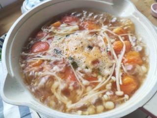 番茄豆腐湯,煮至沸騰