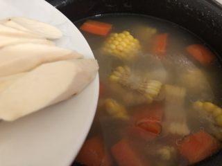 山藥豬骨湯,加入到己煲了一個小時的湯鍋里再煮半小時