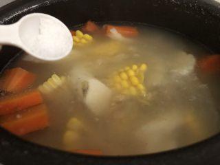 山藥豬骨湯,快出鍋之前加入適量鹽攪勻